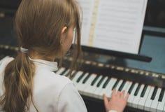 Het meisje speelt de piano royalty-vrije stock foto's