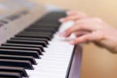 Het meisje speelt de piano Handen van de musicus op de pianosleutel royalty-vrije stock fotografie