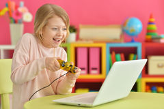Het meisje speelt een computerspel Stock Afbeelding