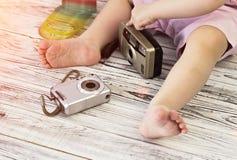 Het meisje speelt met twee kleine camera's royalty-vrije stock foto