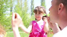 Het meisje speelt met zeepbels stock videobeelden