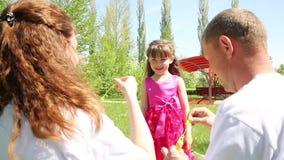 Het meisje speelt met zeepbels stock footage