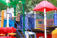Het meisje speelt op kinderenspeelplaats Royalty-vrije Stock Afbeelding