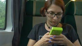 Het meisje speelt Spel door Trein stock videobeelden