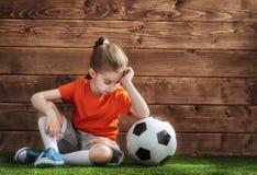 Het meisje speelt voetbal stock afbeelding
