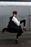 Het meisje in sportkleding danst in het parkeerterrein Stock Foto