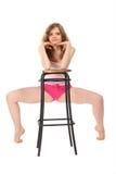 Het meisje in sportkleding leunt tegen barkruk Royalty-vrije Stock Foto