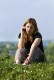 Het meisje spreekt door een mobiele telefoon in park. Stock Afbeelding