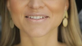 Het meisje spreekt met perziklippenstift op haar lippen stock videobeelden