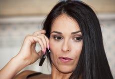 Het meisje spreekt op telefoon Stock Afbeelding
