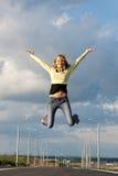 Het meisje springt omhoog Stock Afbeelding