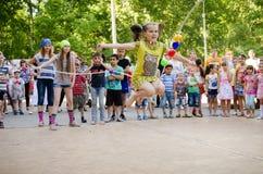 Het meisje springt over een kabel door meisjes in piraatkostuums bij piraatpartij die wordt gehouden stock afbeeldingen