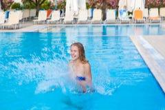 Het meisje sprong in de pool van water Royalty-vrije Stock Foto