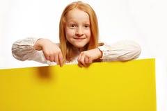 Het meisje stelt beslist over een plaat voor Royalty-vrije Stock Afbeeldingen