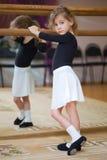 Het meisje stelt bij balletstaaf royalty-vrije stock afbeelding