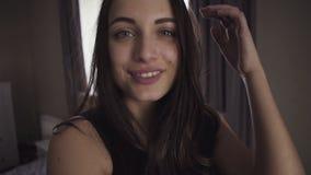 Het meisje stelt op camera door selfie beeld te maken en valt dan op een laag stock videobeelden