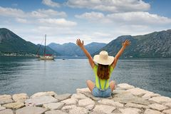 Het meisje stemt in met de baai Montenegro van zeilbootkotor royalty-vrije stock fotografie