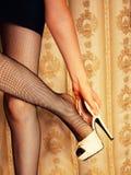 Het meisje stijgt de schoenen op Royalty-vrije Stock Fotografie