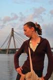 Het meisje tegen de brug van Moskou Royalty-vrije Stock Afbeelding