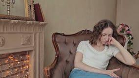Het meisje is thuis Bored stock video