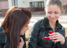 Het meisje toont aan andere ring in rode doos stock afbeelding