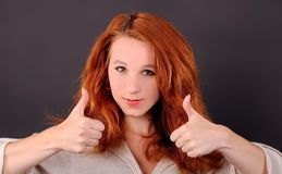 Het meisje toont aan dat allen goed is Stock Foto's