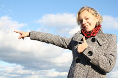 Het meisje toont een richting. royalty-vrije stock afbeeldingen