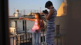 Het meisje toont een vinger de tweede spruitencamera stock footage