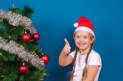 Het meisje toont een vinger en glimlacht Stock Foto's