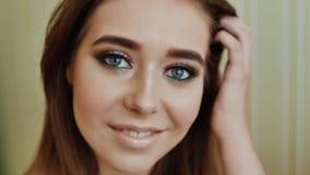 Het meisje toont haar heerlijke make-up aan Mannequin Girl Face Sensuele mond Nagel art Mooie sexy lippen stock videobeelden