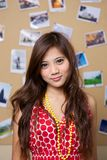 Het meisje toont haar rode kleding Royalty-vrije Stock Foto