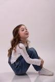 Het meisje toont haar toungue Stock Afbeeldingen