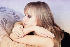 Het meisje toont handen met lange spijkers Stock Afbeelding