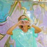 Het meisje toont hart Royalty-vrije Stock Foto's