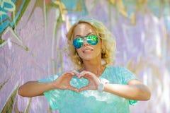 Het meisje toont hart Royalty-vrije Stock Foto