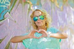 Het meisje toont hart Royalty-vrije Stock Fotografie