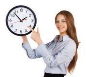 Het meisje toont op de ronde klok royalty-vrije stock foto