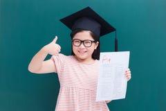 Het meisje toont A plus document Stock Afbeelding