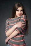 Het meisje toont tederheid tegen een donkere achtergrond Royalty-vrije Stock Foto's