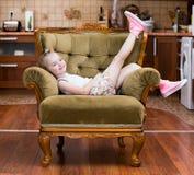 Het meisje toont tennisschoenen royalty-vrije stock foto