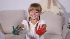 Het meisje toont verf indient stock videobeelden