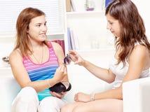 Het meisje toont zonnebril aan haar vriend Stock Afbeelding