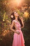 Het meisje in transparante roze kleding Stock Foto's