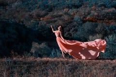 Het meisje in transparante roze kleding Stock Foto