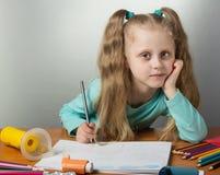 Het meisje trekt bij lijst, naast een inhaleertoestel voor asthmatics Stock Fotografie
