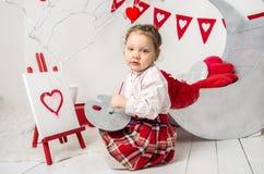 het meisje trekt in de Dag van binnenlands Valentine royalty-vrije stock fotografie