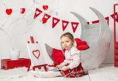 het meisje trekt in de Dag van binnenlands Valentine stock foto's