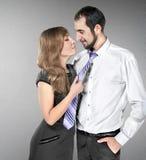 Het meisje trekt de kerel voor een band Stock Foto