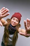 Het meisje trekt handen aan de camera Stock Foto