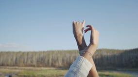 Het meisje trekt handen aan de hemel Langzame Motie stock footage